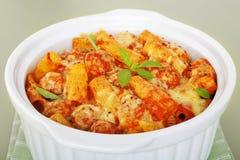 Les pâtes font cuire au four avec la cocotte en terre italienne Rigatone de boulettes de viande de saucisse Images stock