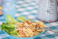 Les pâtes savoureuses Primavera se sont mélangées aux carottes et aux champignons dans une créatine Photo libre de droits