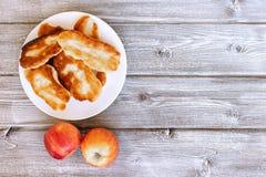 Les pâtisseries cuites au four fraîches ont rempli de légumes et de fromage sur le fond en bois photographie stock