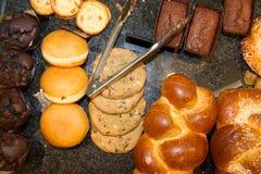 Les pâtisseries françaises montrent dessus une boutique de confiserie dans les Frances Photographie stock