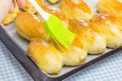 Les pâtisseries russes (pirogi) ont rempli d'oeufs et d'oignon vert images stock