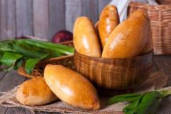 Les pâtisseries russes (pirogi) ont rempli d'oeufs et d'oignon vert photo stock