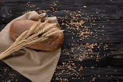 Les pâtisseries se trouvent sur une table en bois Oreille de blé mûr près photo stock