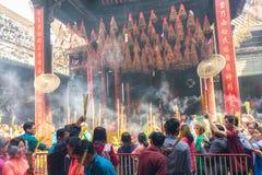 Les pèlerins font la queue au jour de nouvelle année d'encens de temple Photos stock