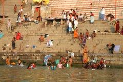 Les pèlerins indous prennent le bain et prient dans l'Inde Photographie stock libre de droits