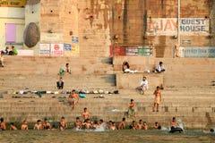 Les pèlerins indous prennent le bain et prient dans l'Inde Photo libre de droits