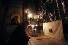 Les pèlerins prient à la tombe de Jésus à Jérusalem image libre de droits