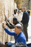 Les pèlerins prient au mur de pleurer du lieu saint des personnes juives et du centre du culte des chrétiens autour du image stock