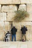 Les pèlerins prient au mur de pleurer du lieu saint des personnes juives et du centre du culte des chrétiens autour du photographie stock