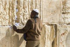 Les pèlerins prient au mur de pleurer du lieu saint des personnes juives et du centre du culte des chrétiens autour du images stock