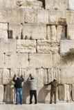 Les pèlerins prient au mur de pleurer du lieu saint des personnes juives et du centre du culte des chrétiens autour du photo libre de droits