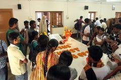 Les pèlerins prient près de la tombe de Mère Teresa dans Kolkata Photographie stock