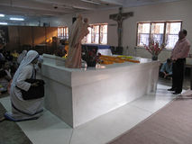 Les pèlerins prient près de la tombe de Mère Teresa dans Kolkata Image libre de droits