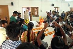 Les pèlerins prient près de la tombe de Mère Teresa dans Kolkata Photos libres de droits