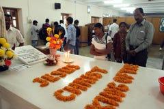 Les pèlerins prient près de la tombe de Mère Teresa dans Kolkata Image stock