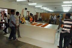 Les pèlerins prient près de la tombe de Mère Teresa dans Kolkata Photos stock