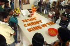 Les pèlerins prient près de la tombe de Mère Teresa dans Kolkata Photo stock