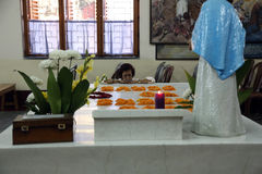 Les pèlerins prient près de la tombe de Mère Teresa dans Kolkata Photographie stock libre de droits