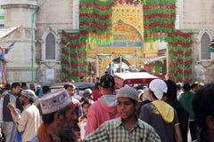 Les pèlerins rendent visite au shérif de Dargah de tombeau de sufi dans Ajmer, Ràjasthàn Images stock