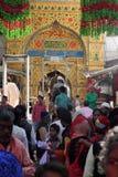 Les pèlerins rendent visite au shérif de Dargah de tombeau de sufi dans Ajmer, Ràjasthàn Image stock