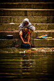 Les pèlerins se baigne et lavage dans les eaux saintes du Gange, Varana Images libres de droits