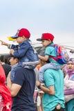 Les pères ont porté des fils sur des épaules, le salon de l'aéronautique 2017 de Bandung photos libres de droits