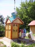 Les pélerines orthodoxes de femmes recueillent l'eau dans un puits avec de l'eau consacré image stock