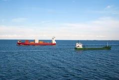 Les péniches embarquent des récipients de cargaison en mer à Copenhague, Danemark Les cargos flottent en mer bleue sur le ciel id Photographie stock libre de droits