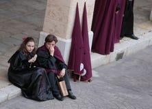 Les pénitents attendent le début de leur semaine sainte de Pâques en Majorque Images stock