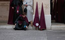 Les pénitents attendent le début de leur semaine sainte de Pâques en Majorque Photographie stock libre de droits
