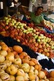 Les Péruviens à un compteur avec le fruit. Photographie stock