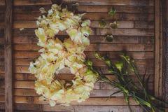 Les pétales fleurit forme la carte postale du jour des femmes de cadre du 8 mars Photographie stock libre de droits