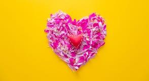 Les pétales roses et pourpres de fleur au coeur forment Image stock