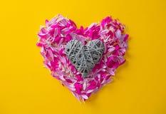 Les pétales roses et pourpres de fleur au coeur forment Images stock