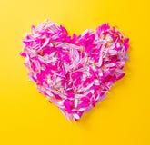 Les pétales roses et pourpres de fleur au coeur forment Photos libres de droits