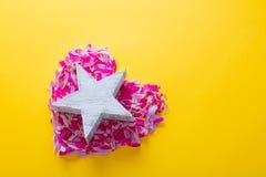Les pétales roses et pourpres de fleur au coeur forment avec l'étoile Photo libre de droits