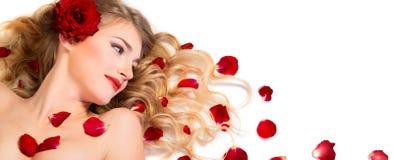 Les pétales rouges se sont levés dans la coiffure Photos stock