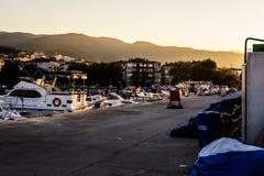 Les pêcheurs abritent sur la vieille marina Photos libres de droits