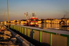 Les pêcheurs abritent sur la vieille marina Images libres de droits