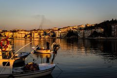 Les pêcheurs abritent sur la vieille marina Photo libre de droits