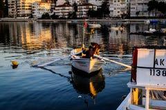 Les pêcheurs abritent sur la vieille marina Images stock