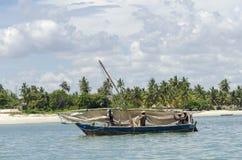 Les pêcheurs africains font de la radiesthésie voile Images libres de droits