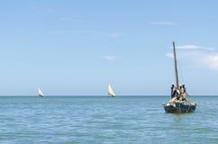 Les pêcheurs africains font de la radiesthésie voile Image stock