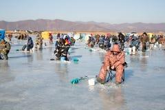 Les pêcheurs attrapent l'éperlan pendant l'hiver sur la rivière, Russie Image stock
