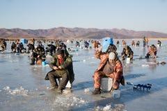 Les pêcheurs attrapent l'éperlan pendant l'hiver sur la rivière, Russie Images libres de droits