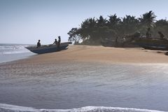 Les pêcheurs disposent à naviguer Images libres de droits