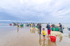 Les pêcheurs font les filets de pêche sinistres de travail Photo libre de droits
