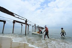 Les pêcheurs locaux travaillent dur en mer Photo stock
