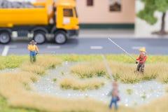 Les pêcheurs miniatures s'approchent de la route images stock