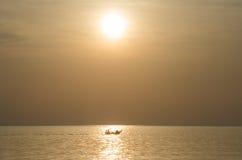 Les pêcheurs pêchant sur une silhouette de bateau dans le lever de soleil de matin s'allument Images libres de droits